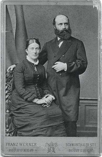 Max Fürst war ein Historienmaler und Heimatforscher in Traunstein. An seiner Seite stand Franziska Maria Josefa Fürst, geborene Waldherr. Er heiratete seine Cousine im Jahr 1880.