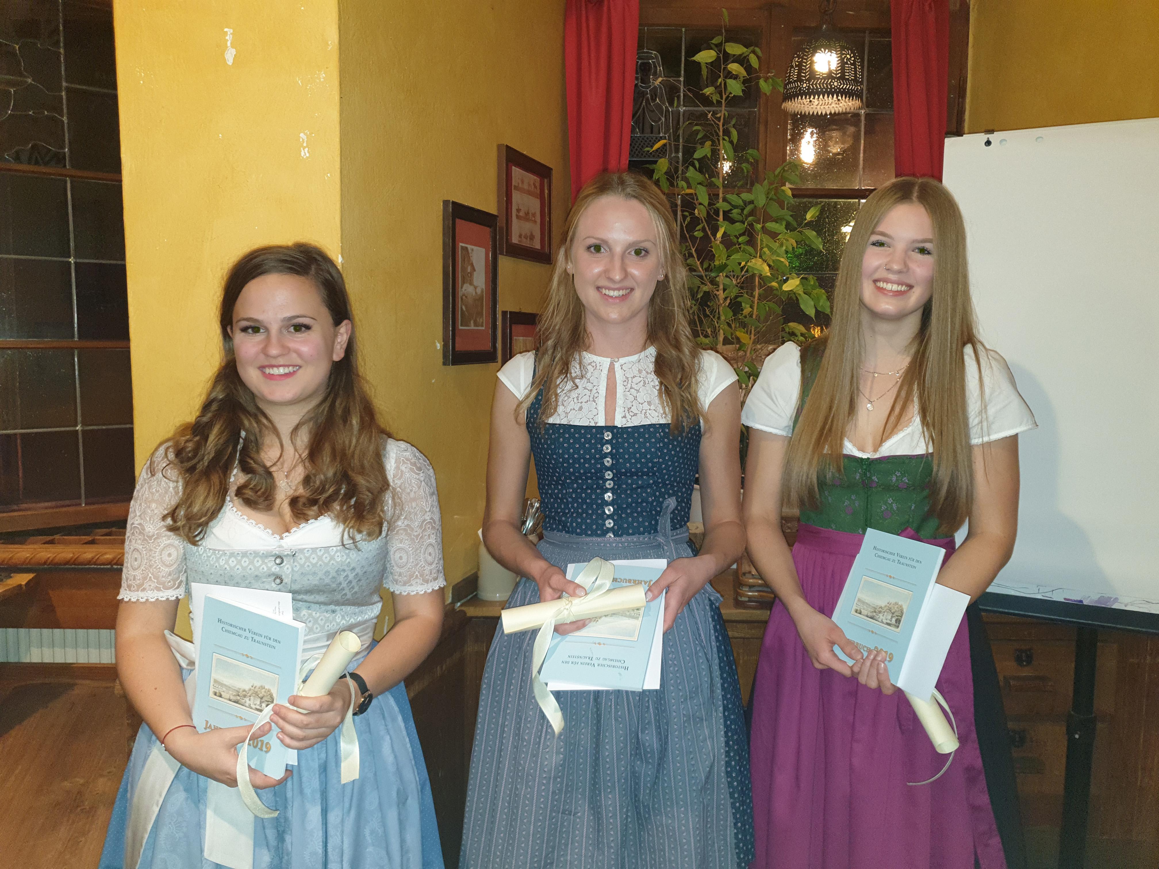 Den Max-Fürst-Jugendpreis erhielten jeweils (von links) Marie-Therese Miess, FOS/BOS Traunstein, sowie Sophia Katharina Maier und Hannah Urian, beide vom Chiemgau-Gymnasium Traunstein.