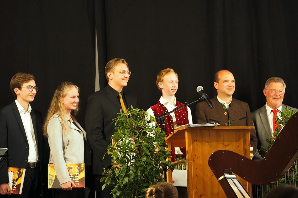 Max-Fürst-Jugendpreis 2021: v. l. Kilian Kollmer, Eva Weitemeyer, Valentin Fuchs Markus Baumgartner, Martin Blum, stellvertretender Landrat Sepp Kohnhäuser (Foto: Silvia Fröhler)